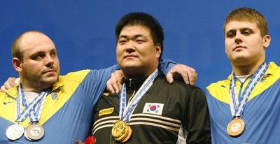 На пьедестале Артем УДАЧИН и Игорь ШИМЕЧКО обняли корейца Йонг-Квон АНА.