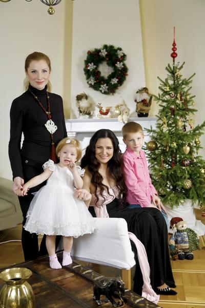 Инна Богословская с дочерью Настей и внуками