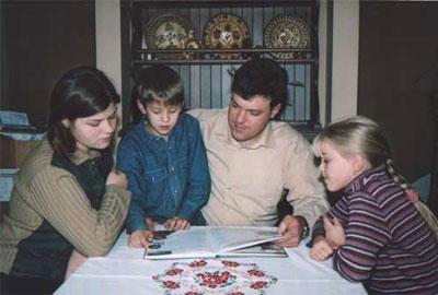Папа Олег с дочками и сыном.