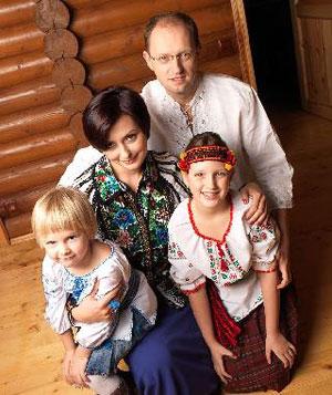 Чета Яценюк со своими девочками.