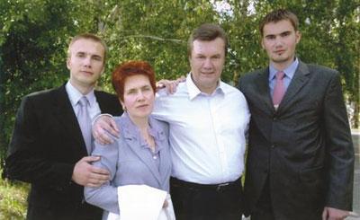  Семейство Януковичей: Александр, Людмила и два Виктора.