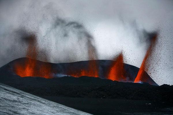 http://donbass.ua/multimedia/images/content/2010/03/24/Eyjafjallajokull-Iceland-volcano-5.jpg