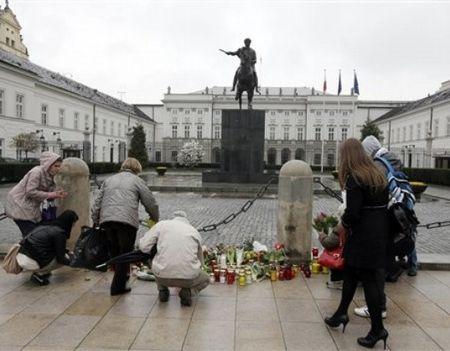 Поляки несут цветы и зажигают свечи у дворца президента в Варшаве
