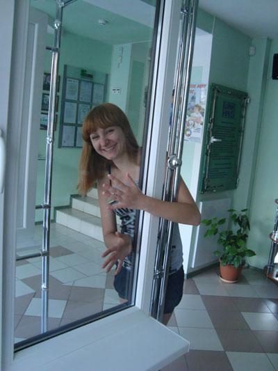 Девушка возле энергосберегающего стекла