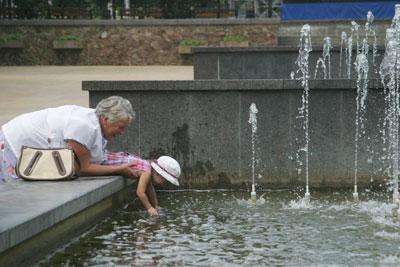 http://donbass.ua/multimedia/images/content/2010/07/30/zhara-rebenok-v-fontane.jpg
