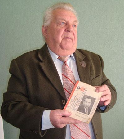 Станислав Жуковский со сборником и автографом друга юности.
