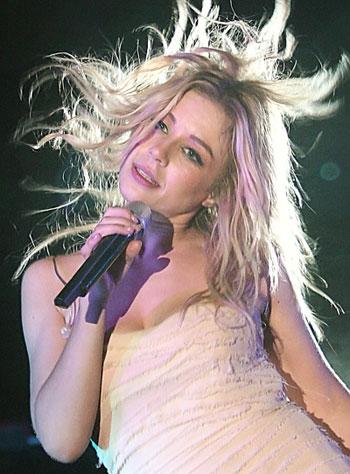 Лирические песни Тина исполняла в платье на бретельках.