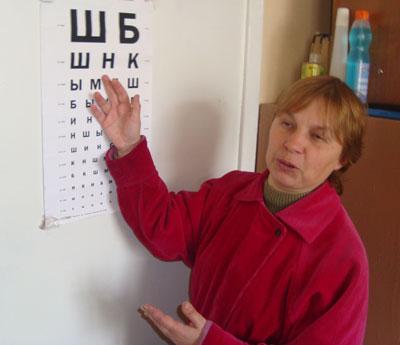 Людмила Гуслева демонстрирует буквы, которые она еще способна видеть.