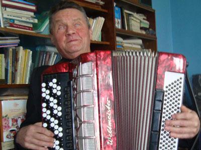 Леонид Нагорный самозабвенно играет Карусель.