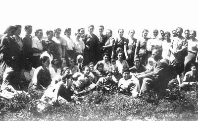 1944 год:  работники колхоза им.Чкалова собрались, чтобы услышать от бригадира В. Гудина сводку с фронта. Короткая передышка, а потом опять трудовой бой...
