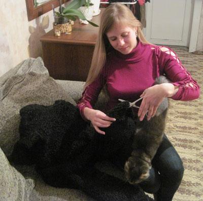 Ольга Ищенко решила проблему холодных стен творчески и вырезала из старой шубы звериную шкуру.