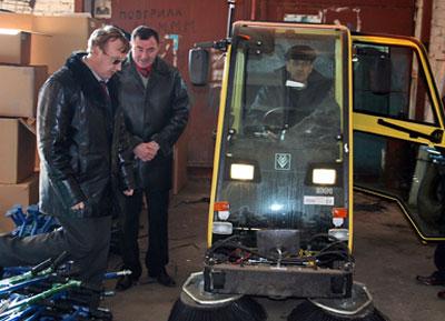 Заместитель мэра Краматорска Станислав Захаров и директор КП «СЕЗ» Юрий Портненко проверяют наличие уборочного инвентаря и средств малой механизации на складе службы.