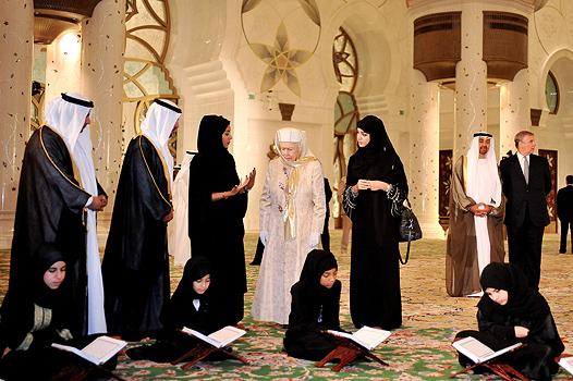 Елизавета II прогулялась босиком в ОАЭ (ФОТО) :: donbass.ua ...