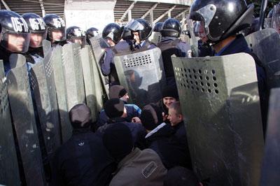 Донецкие милиционеры побили футбольных фанатов
