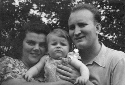 Николай Гончаров с женой Сусанной и сыном Колей. Горловка, 1954 год.