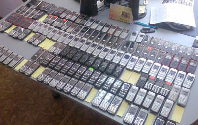 Изъятые орудия преступления - сотни мобильных телефонов.