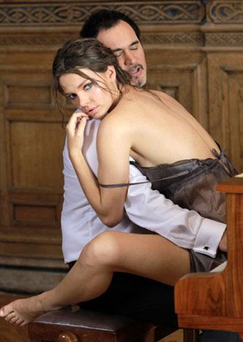 Сниматься в откровенных сценах с Валерием Меладзе актриса согласилась вскоре после собственной свадьбы…
