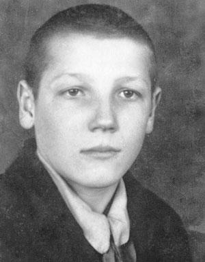 Фото Николая Казакова со школьной доски почета. Кстати, будучи старшеклассником, Коля руководил физическим и химическим кружками, работал киномехаником.