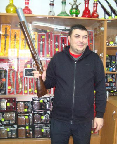 Думаете, я собрался на охоту? А вот и нет - это сувенирная крупногабаритная зажигалочка-мушкет, - уверяет продавец-консультант Александр Друзь.