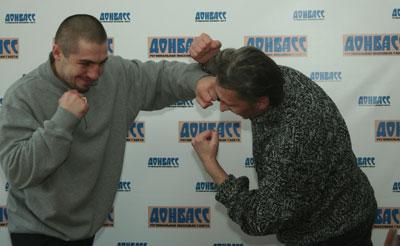 Победитель телепроекта продемонстрировал на спортивном обозревателе «Донбасса» Викторе Тачинском свой коронный удар левой.