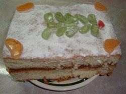 Бисквитный пирог украсьте мармеладом в виде елочки.