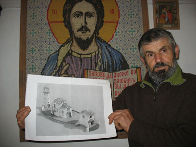 подвижник и единомышленник Петр Корх демонстрирует гостям проект церкви Федора Ушакова - единственного канонизированного адмирала.