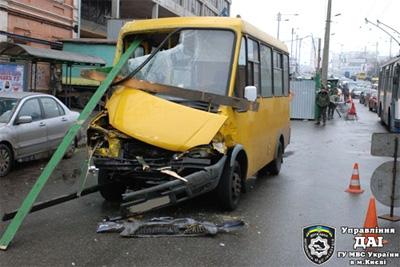 В Киеве маршрутка стала причиной крупного ДТП