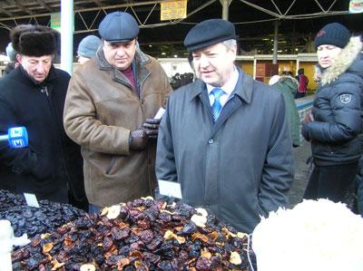 Юрий Хотлубей остановился у прилавка с сухофруктами, которыми торговали жители Западной Украины.