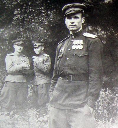 Донбасский летчик Иван Белицкий с боевыми товарищами в мае победного 45-го.