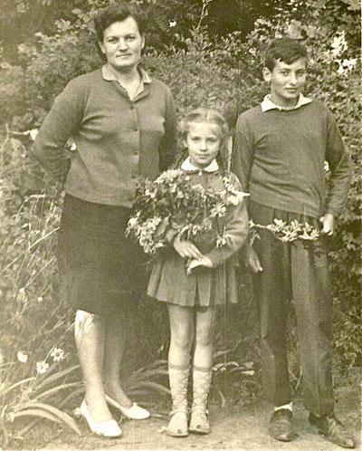 Детские годы чудесные: мама Светлана Семеновна, Алла и Игорь Крутые.