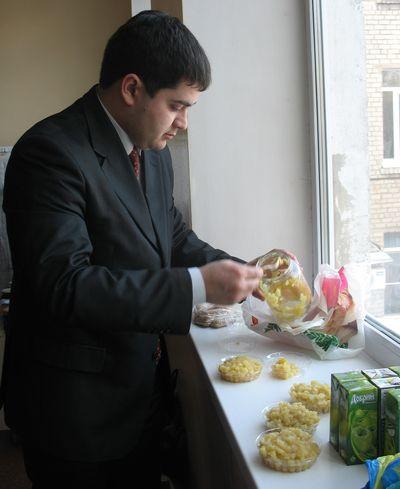 Артем Верник из сообщества машин и людей drive2.ru готовит угощение для детей