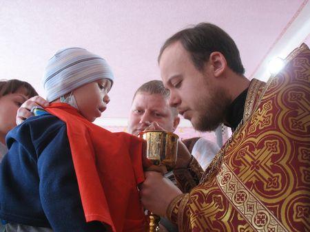 Отец Георгий причастил больных детей