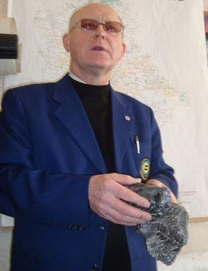 Виктор Алехин на образцах дислоцированной породы с «зеркалом скольжения» демонстрирует движения блоков земной коры, которые могут вызвать землетрясения или цунами.