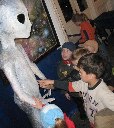 Маленькие посетители вступили в контакт с пришельцем в Харьковском планетарии.