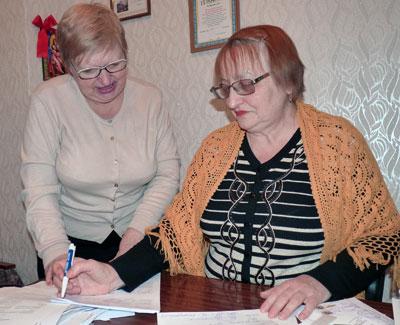 Председатель правления ОСМД Поколения Кира Кондаурова и бухгалтер Людмила Чмерук уточняют расход собранных с жильцов средств на содержание дома.