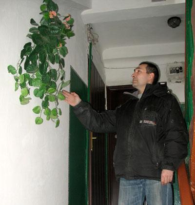Андрей Мусин показывает подъездный цветник.