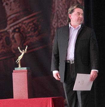 Вадим Писарев, наблюдая за участниками церемонии открытия: Пока даже не представляю, кому вручить эту статуэтку - символ конкурса. Украинцы, японцы, норвежцы, итальянцы - все одинаково хороши!.