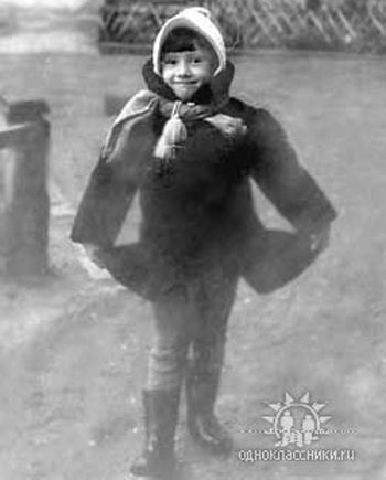 Елена Воробей, вслед за коллегами по Аншлагу, продемонстрировала Интернет-пользователям свое детское фото.