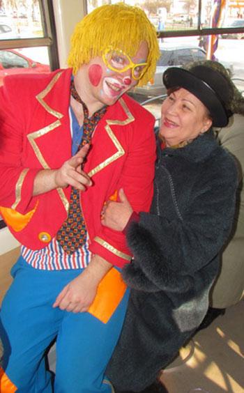 Мариуполь, 1 апреля. Отпустите меня, нас же снимают! - уговаривал клоун дам бальзаковского возраста.