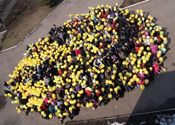 В городе Белозерское Добропольского района 519 местных жителей создали гигантский смайл.