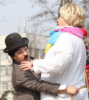Киевский Чаплин замеряет талию.