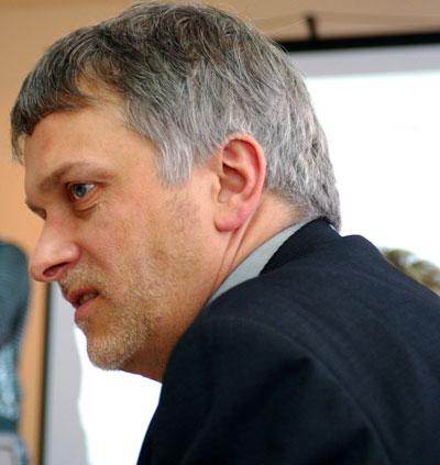 Эксперт Отто Эйке за круглым столом рассказывает об опыте Восточной Германии.