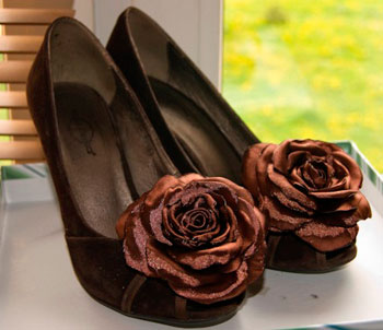 Цветок из кожи на туфли своими руками