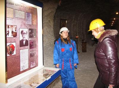 Экскурсовод Вероника демонстрирует стенд подземного музея соляной промышленности, на котором есть фото и родоначальника шахтерской династии Георгия Зеленого.