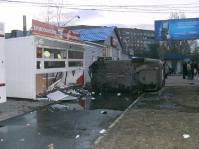 В Донецке Шкода сбила киоск