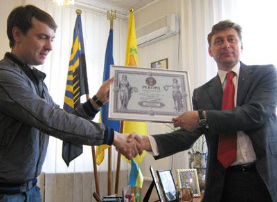Дмитрий Черница (справа) получил от представителя национального реестра рекордов сертификат и заряд хорошего настроения.