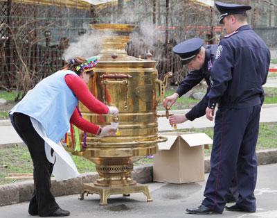 Во время фестиваля на бульваре Пушкина сложилась такая позитивная и творческая обстановка, что сотрудники правоохранительных органов смогли позволить себе расслабиться. И выпить чайку с куличом.