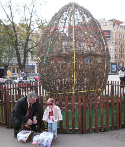 Самая большая писанка, сплетенная из лозы, стоит в центре Львова.