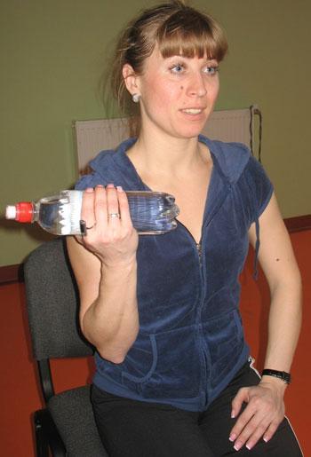 Держите бутылку на весу на уровне бедра (не кладите на ногу!). Вдох - разогните руку, выдох - согните в локте.