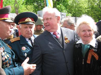 Анатолий Близнюк пообщался с ветеранами по душам.